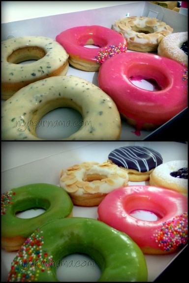 The Donuts. yang bagian atas warna putih dan ada titik-titiknya itu Italian Cheese, rasanya salty dan creamy banget.