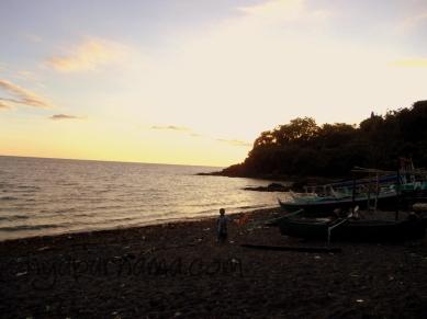 menjelang sore, dan mulai gelap.. kelihatan kan banyak sampah dan sisa-sisa karang...