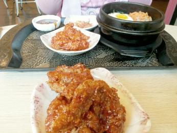 yang di depan adalah Korean Chicken Wings. Dan yang sebelah sana adalah pesanannya Teh Dewi.