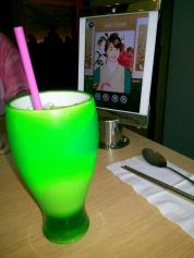 saya pesan green tea untuk minumnya dan tab dibelakangnya bisa kamu pergunakan dengan sebaik-baiknya.. hihihihi