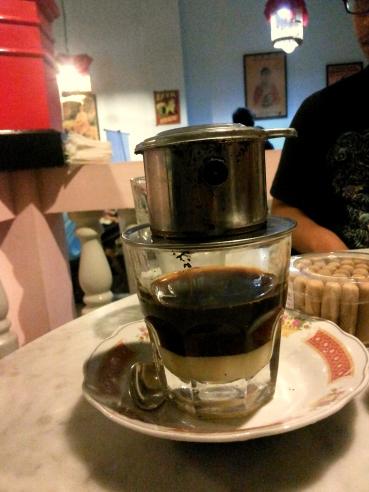 Pastikan kopi sudah tersaring dengan baik sebelum kamu membuka saringannya dan menaruhnya di atas meja.