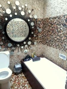 kamar mandi nya asik, dan lumayan luas