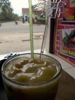 di seberang jalan sebelah kiri yang ada pagar dan banyak pohon itu kawasan Borobudur. Jadi tempat makan ini memang tepat di seberang Borobudur.
